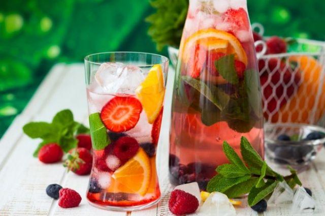 Никакой холодной воды и льда: напитки, которые можно пить в жару