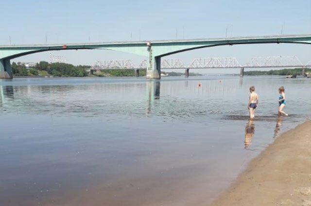 На песке Тверицкого пляжа отдыхать можно, но в воду лучше не заходить.