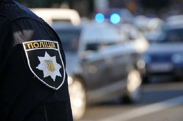 Неадекватный мужчина стрелял по соседям из рогатки, а затем напал на правоохранителя, который приехал его успокоить.
