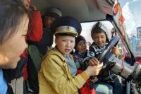 Полный восторг ребятишек вызвал автомобиль дорожно-патрульной службы