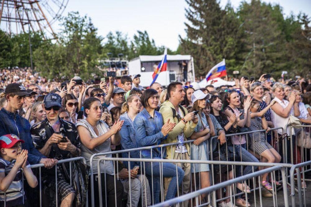 Новосибирцы пришли на празднование Дня России с флагами и хорошим настроением.