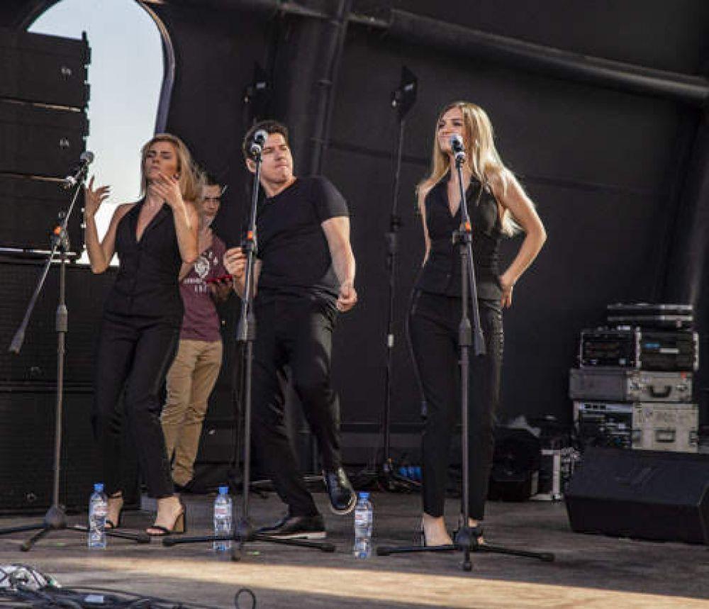 Бэк-вокалисты певицы отжигали на сцене Михайловской набережной.