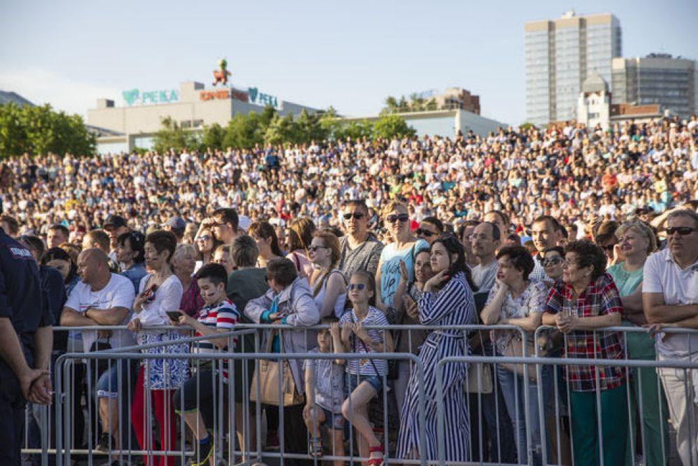 Прибыли на площадку. Скоро выход на сцену. Ощущение, что на набережной собрался весь Новосибирск. Ух, что будет, - поделилась с поклонниками Валерия на своей страничке в Инстаграм перед тем, как выйти на сцену.