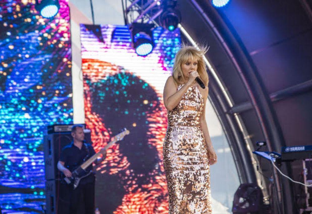 Валерия появилась на сцене в золотом блестящем облегающем наряде, подчеркивающем стройную фигуру певицы.