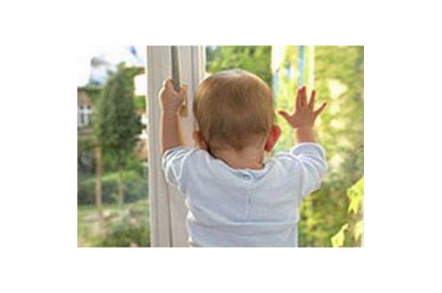«Малыш, оставшись без присмотра, залез на подоконник, открыл окно и, не удержавшись за москитную сетку, выпал с высоты второго этажа на улицу.