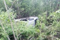 Машина вылетела с дороги и опрокинулась.