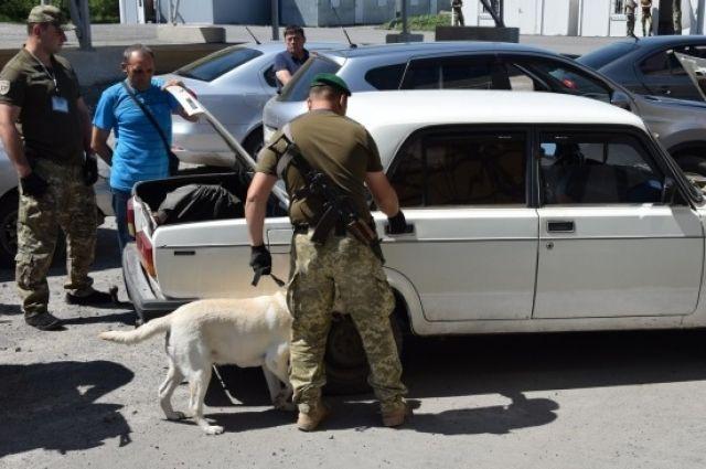 Пассажиры более 200 транспортных средств ожидают сегодня проезда перед контрольными пунктами въезда и выезда на линии разграничения в Донецкой области.