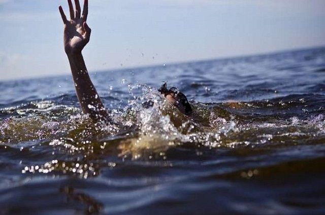 Женщина отдыхала на пляже и решила искупаться. Затем в какой-то момент она начала тонуть.