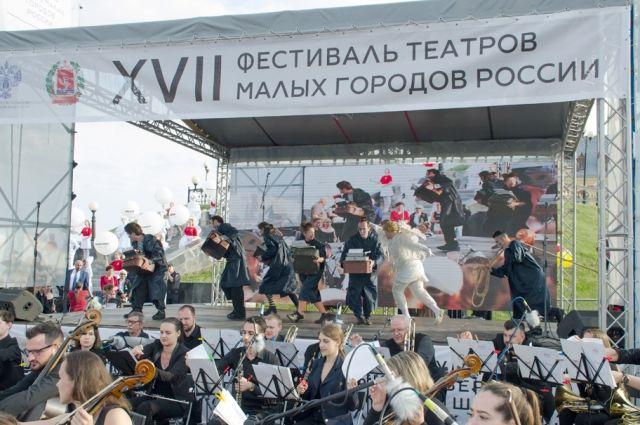 Спектакли в Камышине показали 16 коллективов.