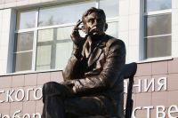 Памятник Роберту Рождественскому в Косихе