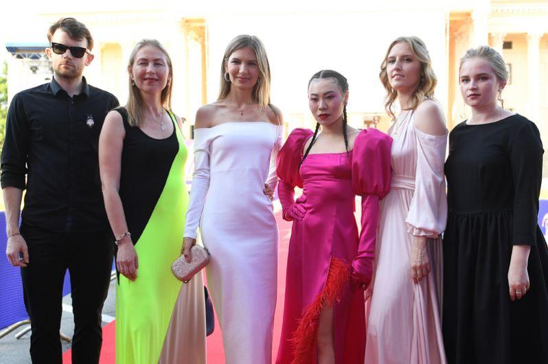 Режиссер и актриса Ян Гэ (третья справа) со съемочной группой фильма «Троица».