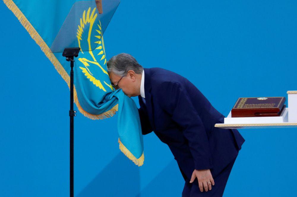 Новый президент Казахстана Касым-Жомарт Токаев целует государственный флаг во время церемонии инаугурации в Нур-Султане, Казахстан.