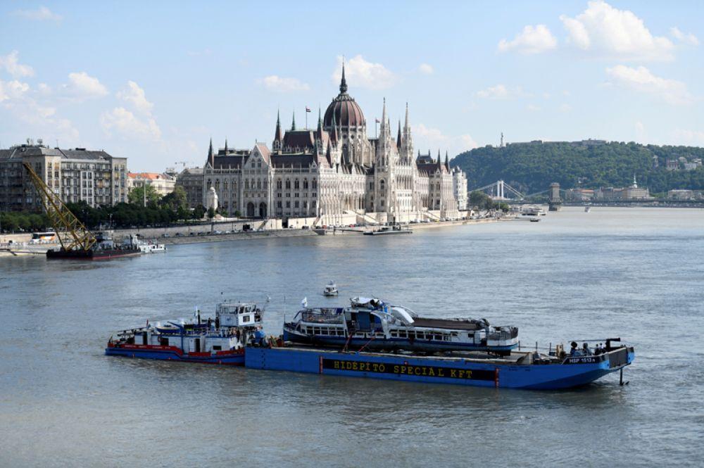 Прогулочный катер «Русалка», затонувший в Дунае в конце мая, поднимают со дна во время спасательной операции в Будапеште, Венгрия.
