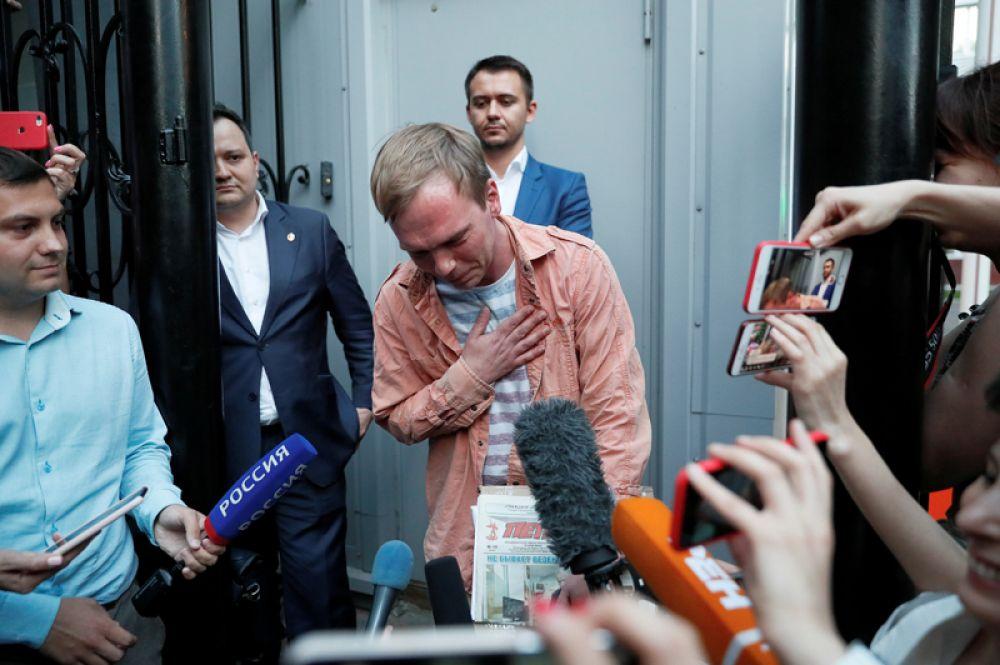 Российский журналист Иван Голунов, освобожденный из-под домашнего ареста, общается со СМИ возле здания главного следственного управления МВД в Москве.