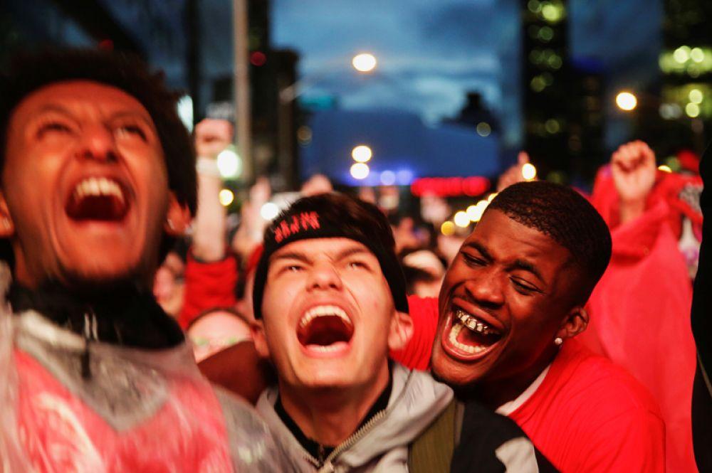 Фанаты баскетбольного клуба «Торонто Рэпторс» наблюдают за игрой финальной серии NBA с «Голден Стэйт Уорриорз» в Торонто, Канада.