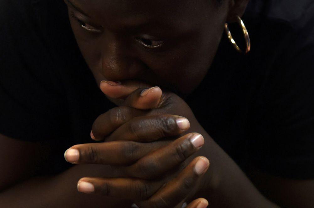 Женщина из группы мигрантов из Конго и Анголы на автобусной станции в Сан-Антонио, США.