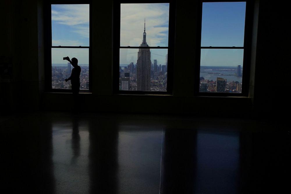 Вид на Эмпайр Стейт Билдинг со смотровой площадки Top of the Rock на крыше Рокфеллеровского центра на Манхэттене в Нью-Йорке.