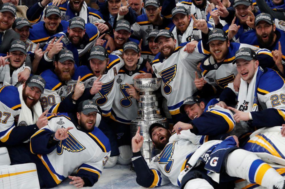 Игроки хоккейного клуба «Сент-Луис» позируют для командной фотографии с Кубком Стэнли после победы над «Бостоном» в седьмом матче финала плей-офф НХЛ, Бостон, США.