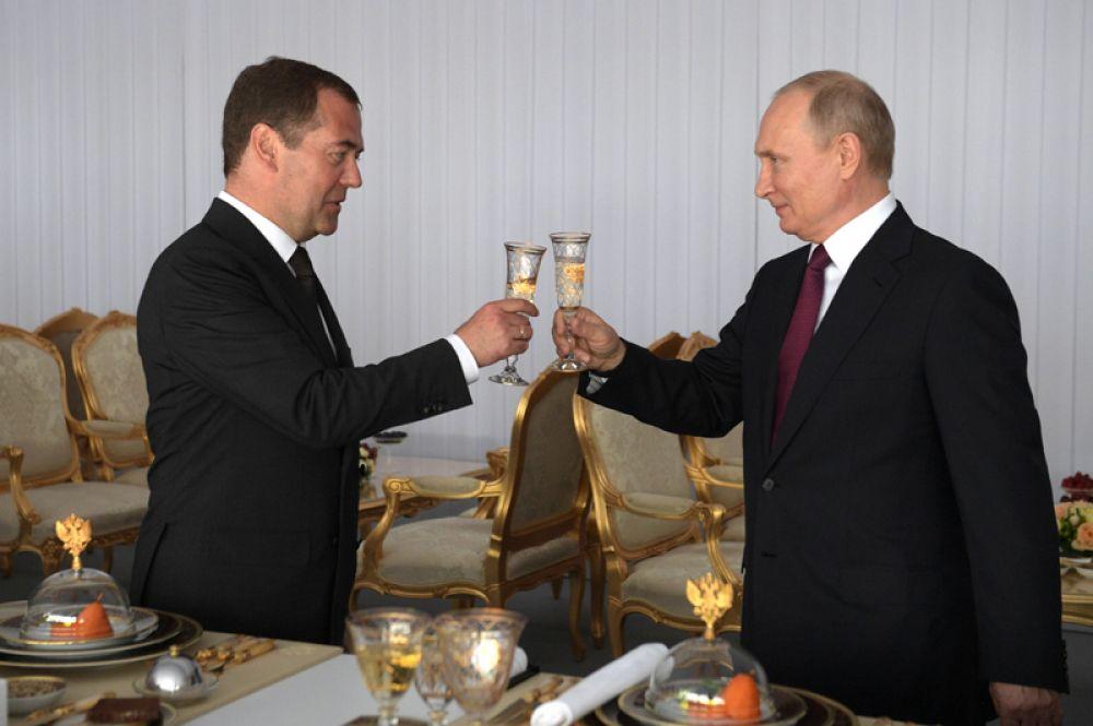 Владимир Путин и Дмитрий Медведев во время праздничного приема, посвященного Дню России, в Кремле.
