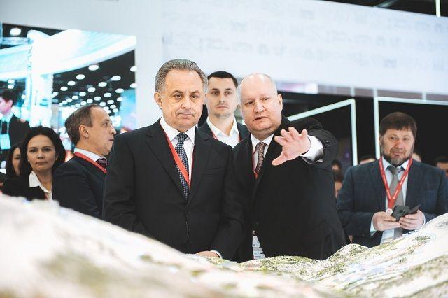 Сергей Чеботарёв рассказывает Виталию Мутко о перспективах региона на одном из форумов.