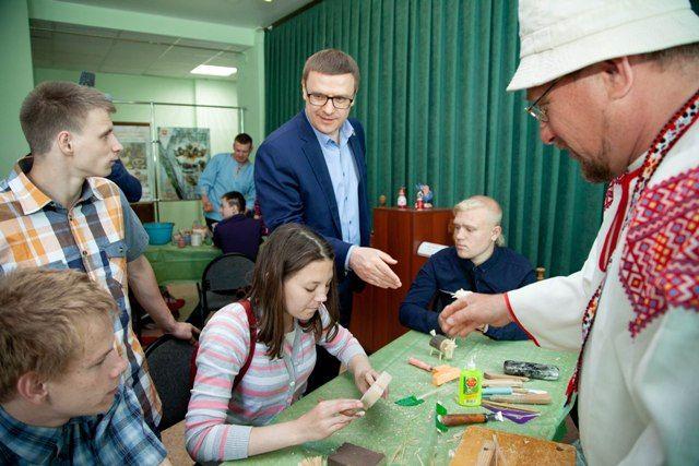 На чемпионате участники рассказали Алексею Текслеру о технологиях, которые позволяют людям с ограниченными возможностями выходить на рынок труда.
