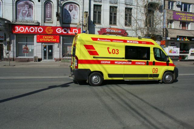 Прохожие быстро вызвали пострадавшему малышу скорую помощь.