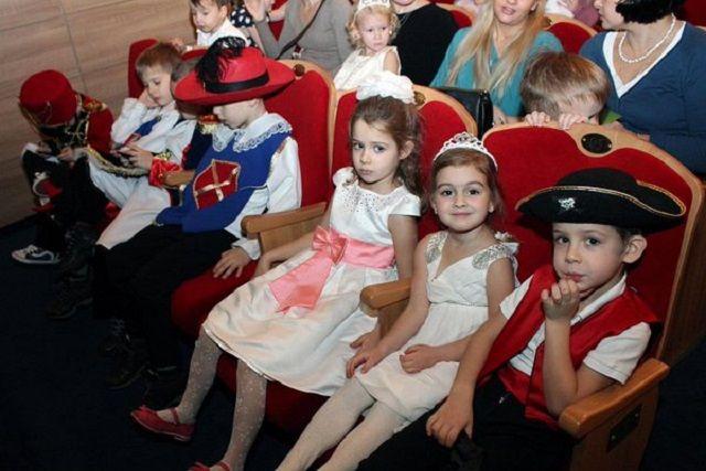 Во время акции дети смогут не только увидеть постановки, но и посетить творческие встречи с артистами и режиссерами.