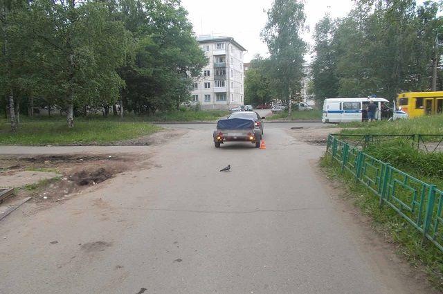 При выезде с прилегающей территории водитель должен уступить дорогу транспортным средствам и  пешеходам.