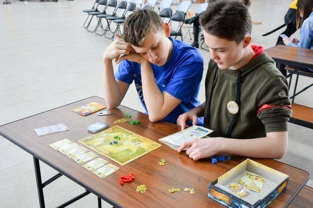 Отдельно организуют стол с играми для детей.