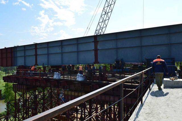 Полностью построить мост через Иню компания планирует до конца года.
