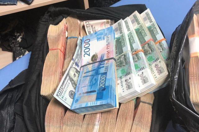 При получении первой части взятки - более миллиона рублей, подполковника задержали сотрудники ФСБ
