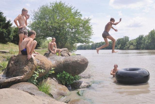 Дети должны купаться только под присмотром взрослых.