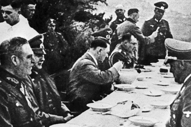 Адольф Гитлер и его окружение за обедом. 01.06.1939 г.