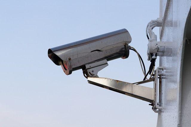 Двое подростков украли камеру видеонаблюдения с фасада магазина