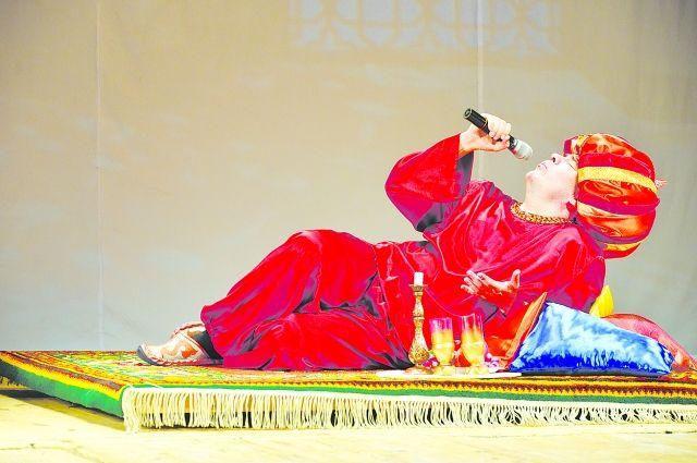 Султан в исполнении Бориса Косицына даже поёт лёжа.