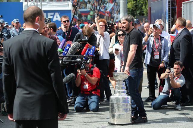 Капитан клуба «Вашингтон Кэпиталз», хоккеист Александр Овечкин демонстрирует Кубок Стэнли в фан-зоне чемпионата мира по футболу на Воробьёвых горах в Москве.