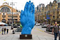 На бульваре Шевченко раньше стоял Ленин. Теперь красуется ладонь почему-то синего цвета – сплошной сюрреализм.