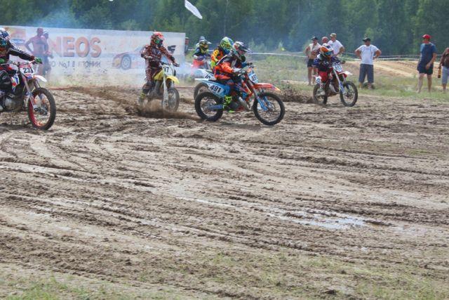 На чемпионате области по мотокроссу участвовали гонщики самых разных возрастов, младшему всего пять лет, а старшему перевалило за семьдесят.