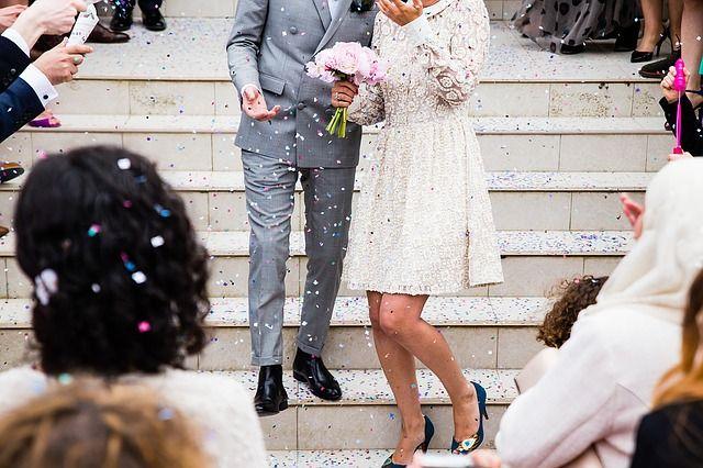 Молодые люди отдыхали вместе на свадьбе у друзей.