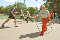 Раменские пенсионерки осваивают технику скандинавской ходьбы под руководством тренера Вячеслава Нариновича.