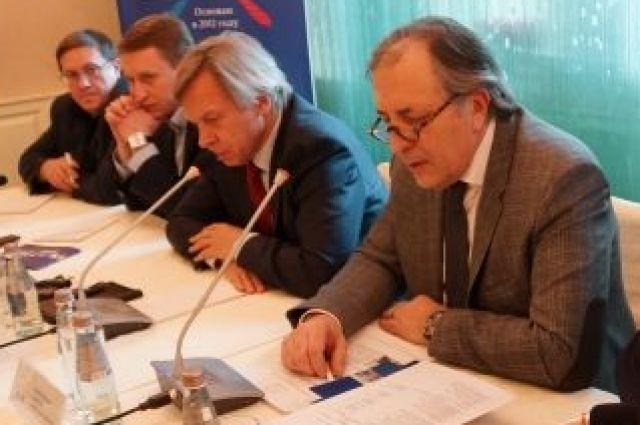 Андрей Колесников (крайний справа) уже второй созыв является депутатом краевого Заксобрания.