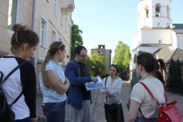 Демьян Валуев - автор экскурсионной программы, объединяющей памятники архитектуры 30-х годов. На заднем плане смоленский дом-коммуна.
