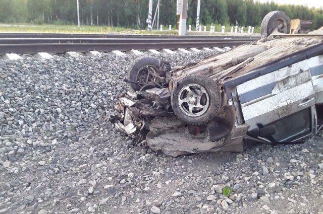 На станции Ежиха электровоз протаранил автомобиль ВАЗ-2115.