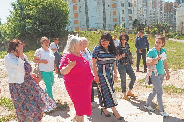 Жители и глава управы осматривают первую из предложенных под сквер площадок на Большой Очаковской улице.