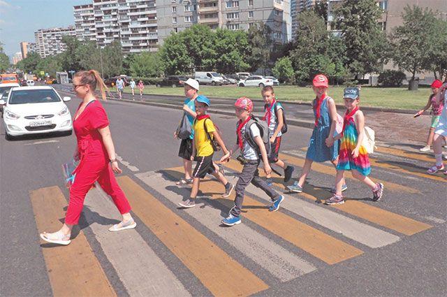 Школьники района из«Московской смены» возвращаются из кинотеатра.