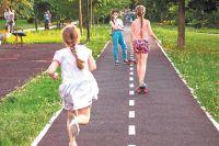 Для детей и подростков в парке есть скейт-парк и игровые площадки.