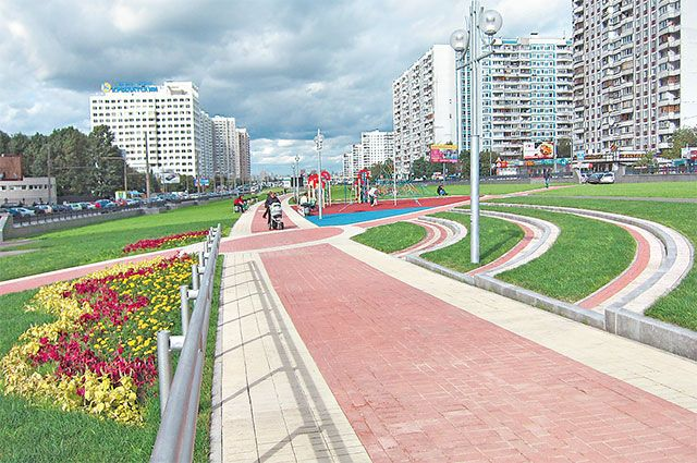 Осенний бульвар проходит в направлении с юга на север между Рублёвским шоссе  и улицей Крылатские Холмы.