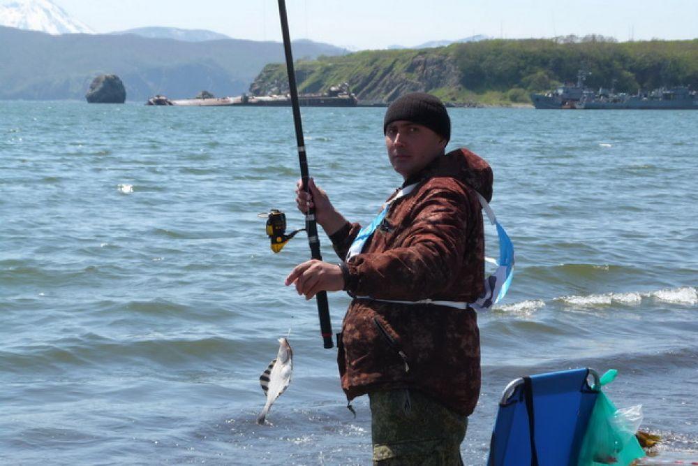 Рыбаки поймали камбалу-альбиноса, терпуг, краба, морских звёзд и керчака.