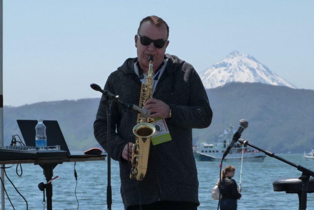 Гости насладились выступлением известного камчатского саксофониста Вячеслава Коренфельда.