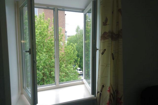 В Оренбурге из окна 10-го этажа выпал годовалый ребенок.